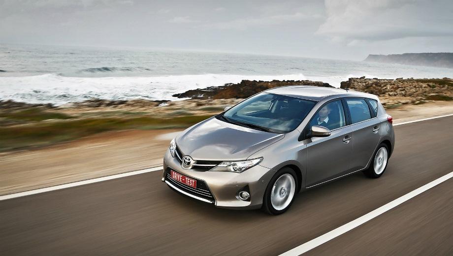 Toyota Auris. Выпускается с 2012 года. Семь базовых комплектаций. Цены от 1 059 000 до 1 268 000 руб.Двигатель от 1.3 до 1.6, бензиновый. Привод передний. КПП: механическая и вариатор.