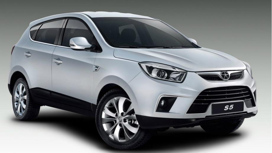 JAC S5. Выпускается с 2014 года. Три базовые комплектации. Цены от 899 000 до 1 069 000 руб.Двигатель 2.0, бензиновый. Привод передний. КПП: механическая.