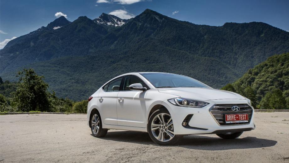Hyundai Elantra (2016). Выпускается с 2016 года. Восемь базовых комплектаций. Цены от 1 074 000 до 1 345 000 руб.Двигатель от 1.6 до 2.0, бензиновый. Привод передний. КПП: механическая и автоматическая.