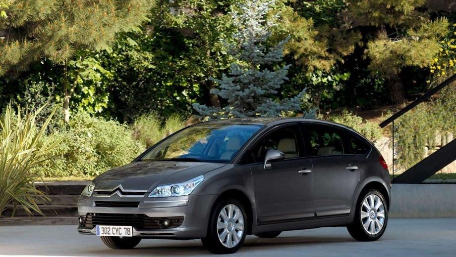 Citroen C4 Hatchback (2004). Выпускается с 2004 года. Пять базовых комплектаций. Цены от 618 000 до 747 000 руб.Двигатель 1.6, бензиновый. Привод передний. КПП: механическая и автоматическая.