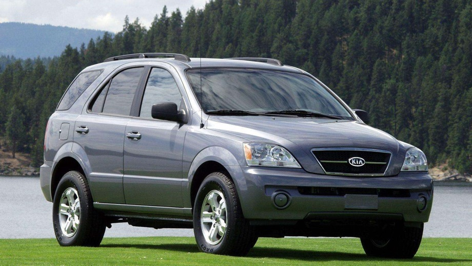 KIA Sorento (2002). Выпускается с 2002 года. Пять базовых комплектаций. Цены от 839 990 до 1 149 990 руб.Двигатель от 2.5 до 3.3, дизельный и бензиновый. Привод полный. КПП: механическая и автоматическая.
