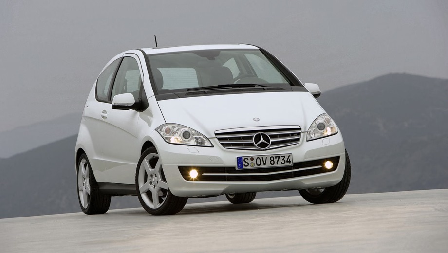 Mercedes-Benz A 3D. Выпускается с 2004 года. Две базовые комплектации. Цены от 937 200 до 1 117 600 руб.Двигатель от 1.7 до 2.0, бензиновый. Привод передний. КПП: механическая.