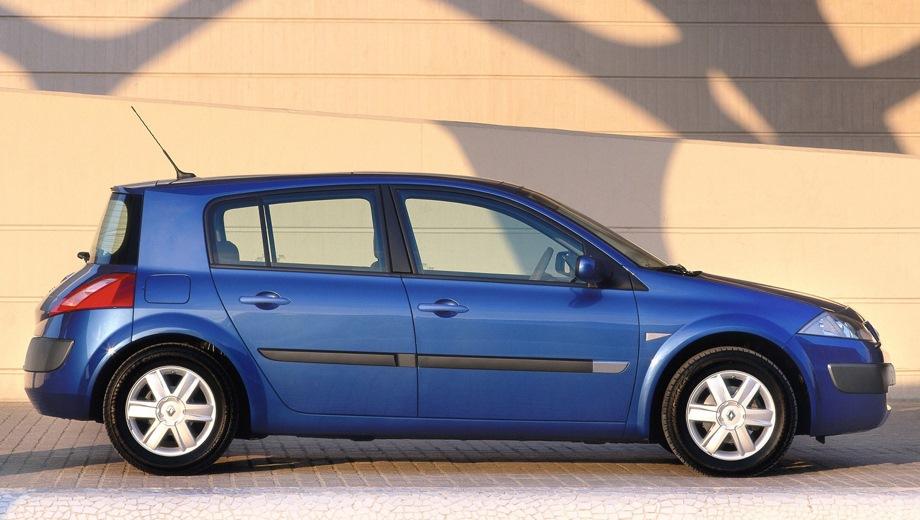 Renault Megane Hatchback. Выпускается с 2003 года. Одиннадцать базовых комплектаций. Цены от 555 000 до 782 800 руб.Двигатель от 1.4 до 2.0, бензиновый. Привод передний. КПП: механическая и автоматическая.