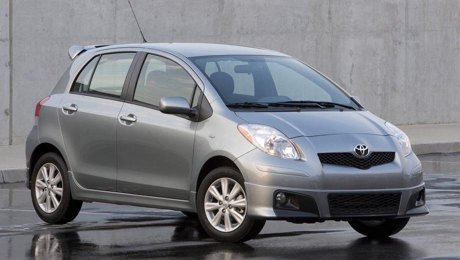Toyota Yaris 5D. Выпускается с 2005 года. Три базовые комплектации. Цены от 705 000 до 822 000 руб.Двигатель 1.3, бензиновый. Привод передний. КПП: механическая и роботизированная.