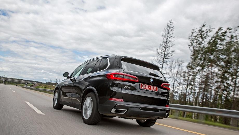 BMW X5. Выпускается с 2018 года. Четыре базовые комплектации. Цены от 4 750 000 до 6 200 000 руб.Двигатель от 3.0 до 4.4, дизельный и бензиновый. Привод полный. КПП: автоматическая.