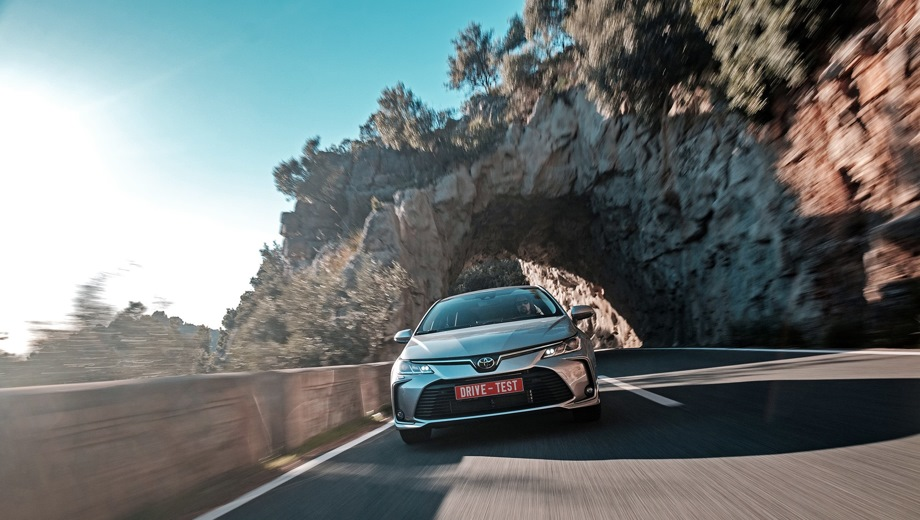 Toyota Corolla. Выпускается с 2018 года. Шесть базовых комплектаций. Цены от 1 243 000 до 1 765 000 руб.Двигатель 1.6, бензиновый. Привод передний. КПП: механическая и вариатор.