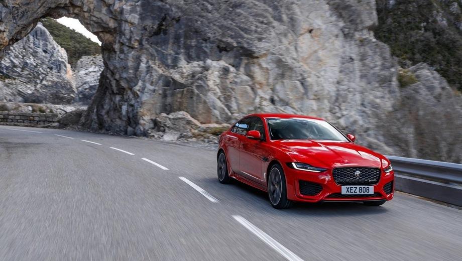 Jaguar XE. Выпускается с 2019 года. Десять базовых комплектаций. Цены от 2 934 000 до 3 874 000 руб.Двигатель 2.0, дизельный и бензиновый. Привод задний и полный. КПП: автоматическая.