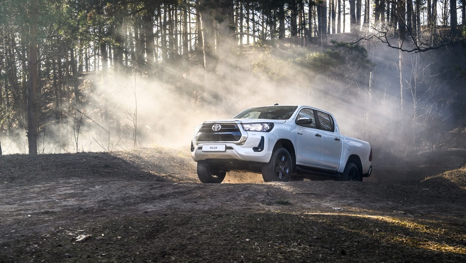 Toyota Hilux. Выпускается с 2020 года. Четыре базовые комплектации. Цены от 2 518 000 до 3 203 000 руб.Двигатель от 2.4 до 2.8, дизельный. Привод полный. КПП: механическая и автоматическая.