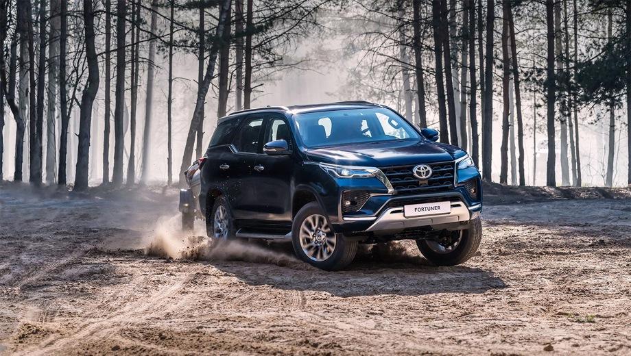 Toyota Fortuner. Выпускается с 2020 года. Четыре базовые комплектации. Цены от 2 686 000 до 3 620 500 руб.Двигатель от 2.7 до 2.8, бензиновый и дизельный. Привод полный. КПП: механическая и автоматическая.