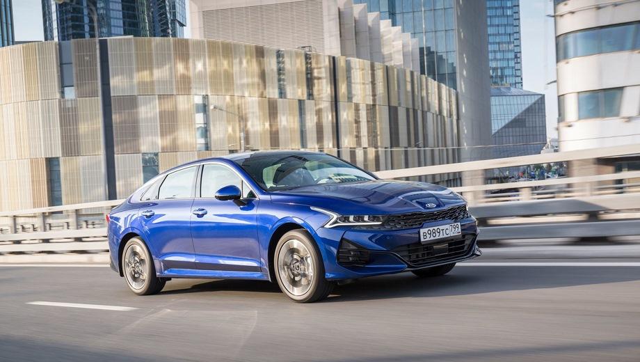 KIA K5. Выпускается с 2020 года. Десять базовых комплектаций. Цены от 1 589 900 до 2 299 900 руб.Двигатель от 2.0 до 2.5, бензиновый. Привод передний. КПП: автоматическая.