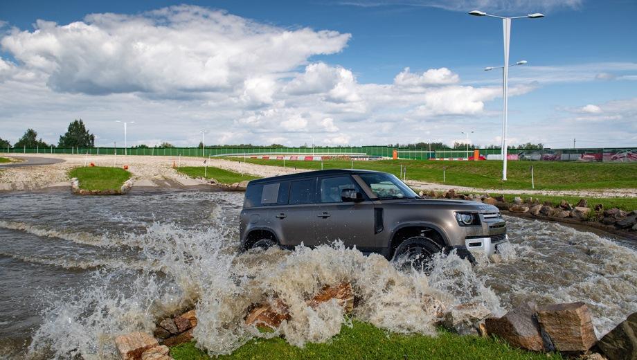 Land Rover Defender 110. Выпускается с 2019 года. Семнадцать базовых комплектаций. Цены от 4 060 000 до 7 042 000 руб.Двигатель от 2.0 до 3.0, дизельный и бензиновый. Привод полный. КПП: автоматическая.