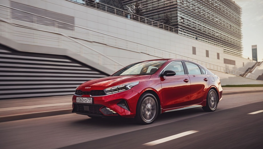 Kia Cerato. Выпускается с 2021 года. Двенадцать базовых комплектаций. Цены от 1 394 900 до 1 829 900 руб.Двигатель от 1.6 до 2.0, бензиновый. Привод передний. КПП: механическая и автоматическая.
