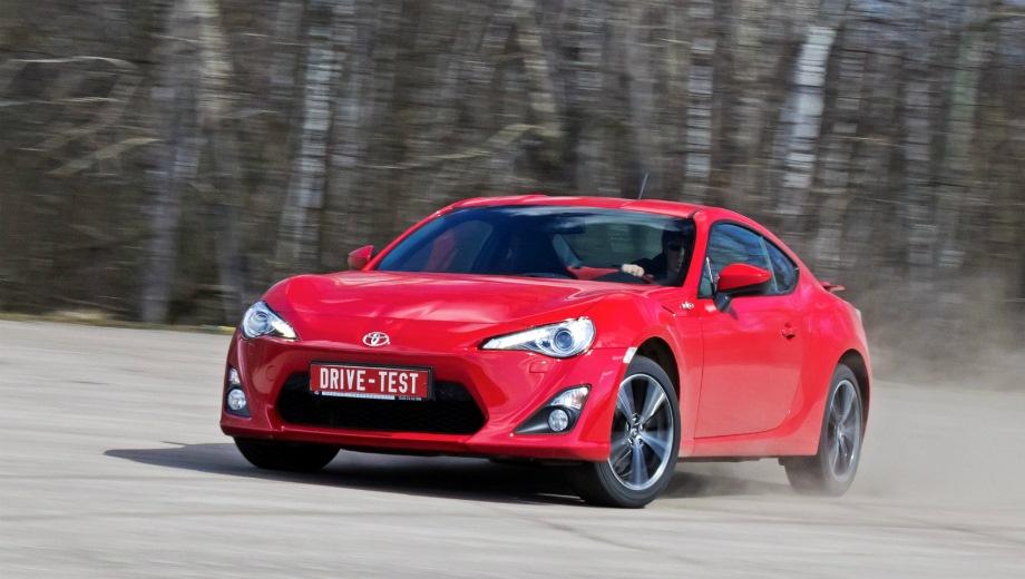 Toyota GT86. Выпускается с 2011 года. Шесть базовых комплектаций. Цены от 2 013 000 до 2 279 000 руб.Двигатель 2.0, бензиновый. Привод задний. КПП: механическая и автоматическая.