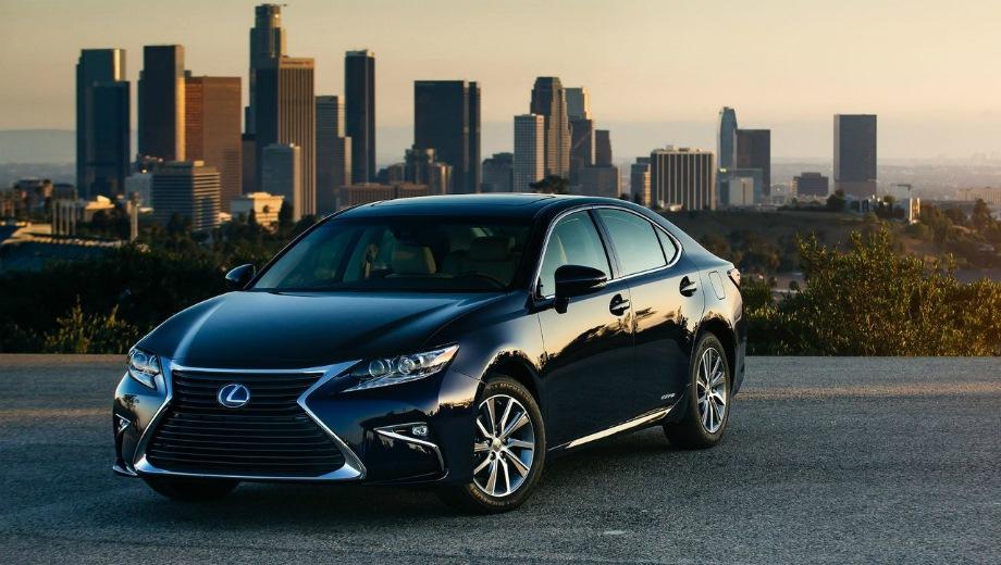 Lexus ES (2012). Выпускается с 2012 года. Девять базовых комплектаций. Цены от 2 235 000 до 3 436 000 руб.Двигатель от 2.0 до 3.5, бензиновый. Привод передний. КПП: автоматическая.