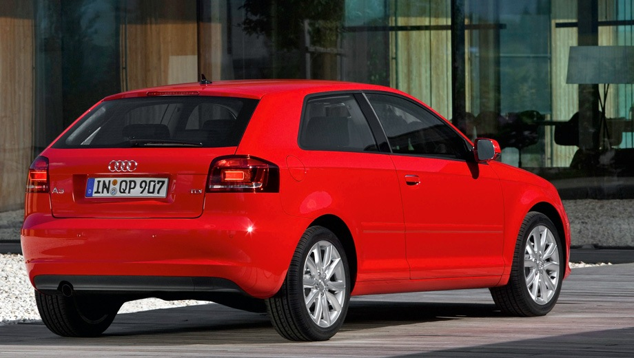Audi A3 (2004). Выпускается с 2004 года. Пятнадцать базовых комплектаций. Цены от 904 800 до 1 462 300 руб.Двигатель от 1.2 до 2.0, бензиновый. Привод передний и полный. КПП: механическая и роботизированная.