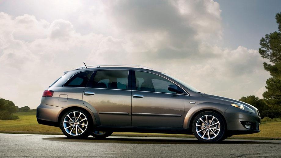 FIAT Croma. Выпускается с 2005 года. Две базовые комплектации. Цены от 840 000 до 950 000 руб.Двигатель 2.2, бензиновый. Привод передний. КПП: автоматическая.