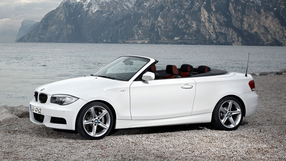 BMW 1 Series Convertible. Выпускается с 2008 года. Шесть базовых комплектаций. Цены от 1 260 000 до 1 874 000 руб.Двигатель от 2.0 до 3.0, бензиновый и дизельный. Привод задний. КПП: механическая.