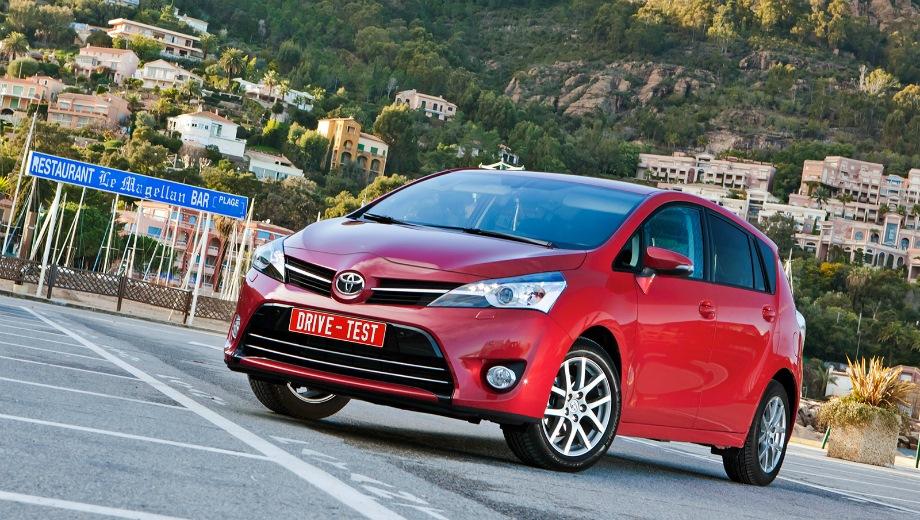 Toyota Verso. Выпускается с 2009 года. Шесть базовых комплектаций. Цены от 1 132 000 до 1 406 000 руб.Двигатель от 1.6 до 1.8, бензиновый. Привод передний. КПП: механическая и вариатор.