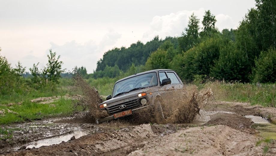 Lada 4x4 3D. Выпускается с 1995 года. Три базовые комплектации. Цены от 553 900 до 629 900 руб.Двигатель 1.7, бензиновый. Привод полный. КПП: механическая.