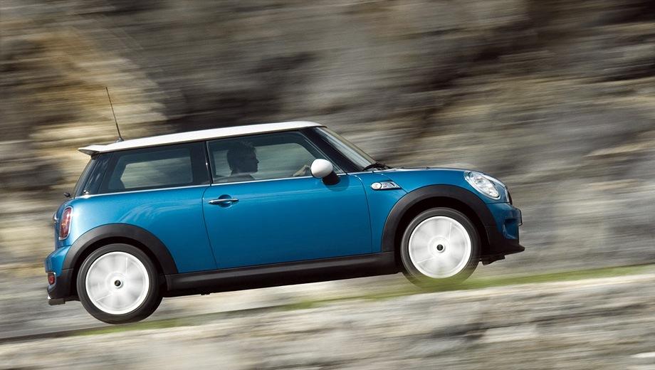 MINI Cooper S (2006). Выпускается с 2006 года. Две базовые комплектации. Цены от 1 077 832 до 1 238 000 руб.Двигатель 1.6, бензиновый. Привод передний. КПП: механическая.