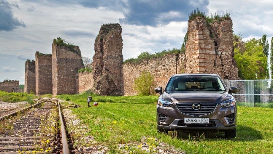 Mazda CX-5 (2011). Выпускается с 2011 года. Семь базовых комплектаций. Цены от 1 369 000 до 1 898 000 руб.Двигатель от 2.0 до 2.5, бензиновый. Привод передний и полный. КПП: механическая и автоматическая.